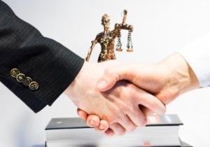 Как определяется период возмездного оказания услуг заказчиком и исполнителем?